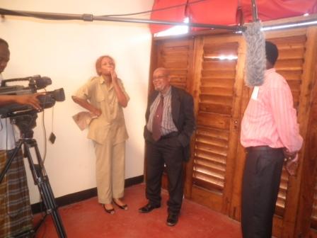 Hapa moja ya Scene wakijadili jambo Irene Uwoya, Mzee Chilo na Haji Adam