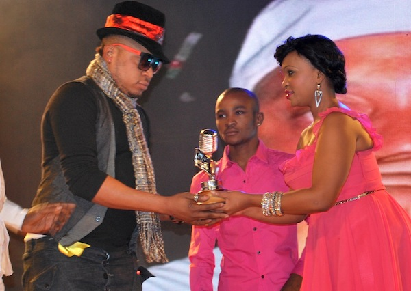 Sinta presents the award to Kalijo Kitokololo