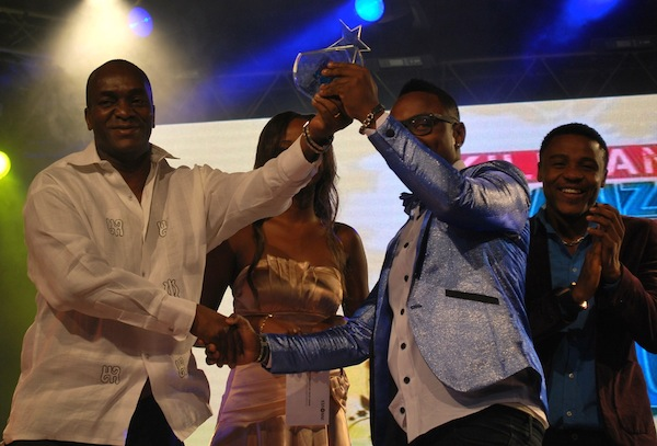 Konyagi Manager presenting the award to Ommy Dimpoz