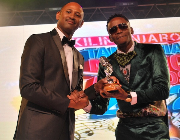 Best Male Performer - Diamond receiving the award from Kilimanjaro Brand Manager George Kavishe