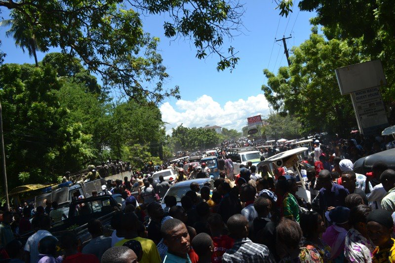 The road to the Kinondoni Cemetery was completely shut down due to the crowd