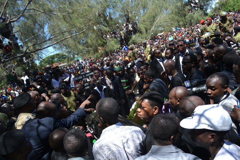 Thousands of people flocked to the cemetery, each one trying to get a final glimpse of their beloved actor Steven Kanumba. The crowd was so big that the police could barely control it