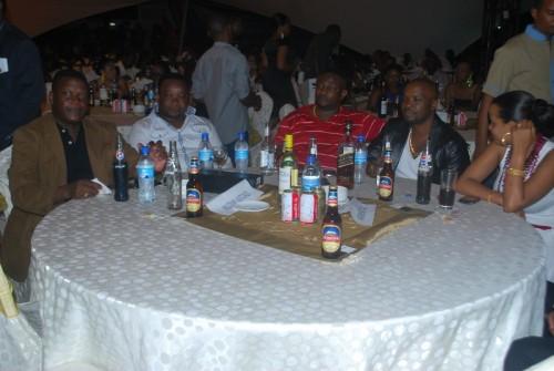 Deo na Mawamba na Muzamil Katunzi wakifuatilia