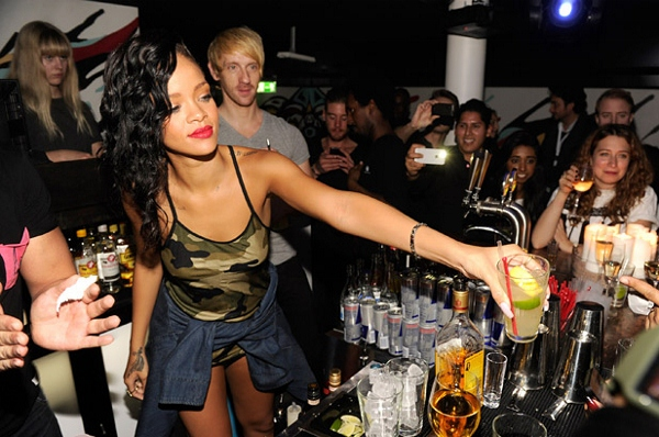 156708315LL002_Rihanna_777_