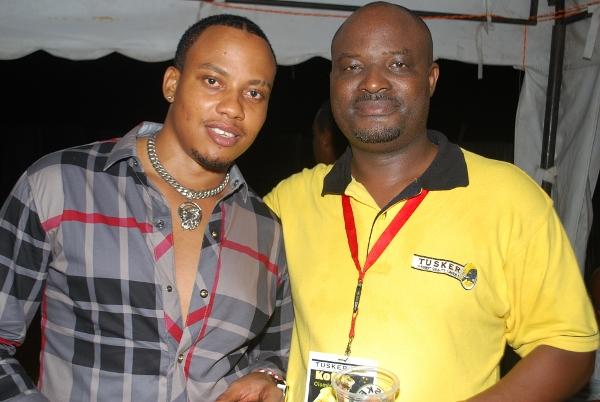 Ben Kinyaiya akipozi na Mkurugenzi wa Masoko SBL Bwana Mafuru.