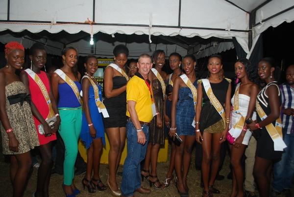 Mkurugenzi wa Serengeti Breweries bwana Steve Gannon akipozi na warembo wa Miss East Africa.