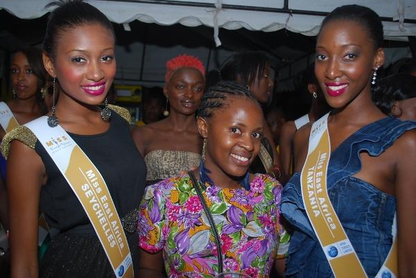 Warembo wa Miss East Africa wakipozi na Prisca Simon wa Fast Jet.