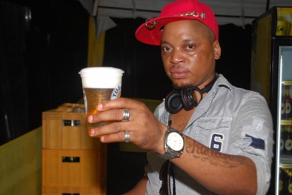 Kitokololo wa Fm Academia akijiachia na Tusker yake.