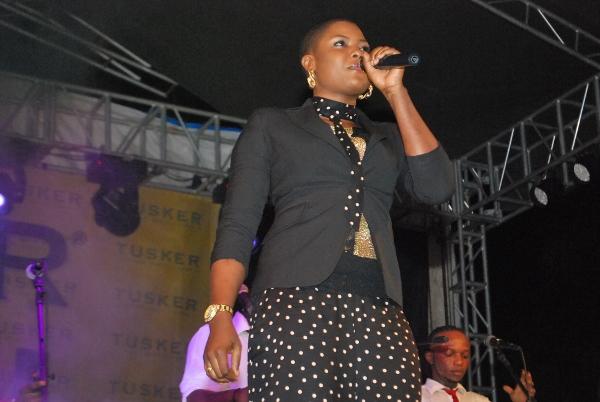 Mwimbaji Cindy wa kundi la Quartier Latin akishambulia jukwaa.