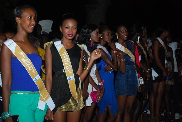 Washiriki wa taji la Miss East Africa wakifuatilia shoo ya Koffi olomide kabla ya kutambulishwa jukwaani.