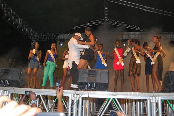 Koffi Olomide akicheza na mmoja wa wagombea wa taji la urembo Miss East Africa wakati wa kuwatambulisha.