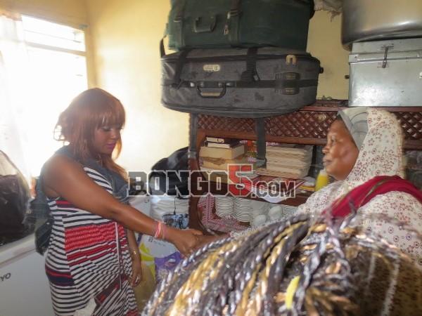 Diva akikabidhi vitu kwa Mama ambaye ndo Mlezi wa Al Madina Chidren