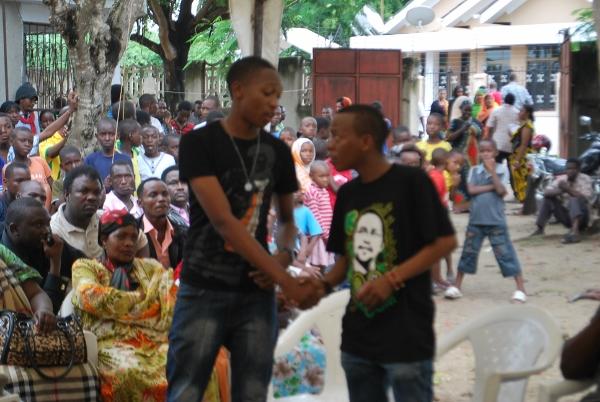 Stive Nyerere akipokea mchango wa mazishi kutoka chuo cha filamu cha Pastor Myamba