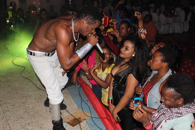 Diamond akiperform kwenye show ya Arusha kwenye ukumbi wa  CLUB SAFARI CARNIVAL