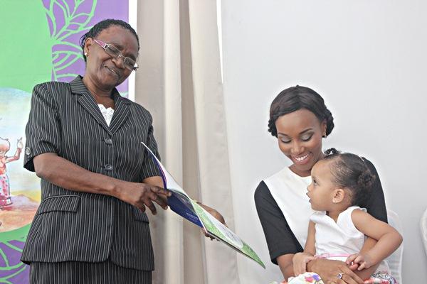 Profesa Mwaikambo akimuonesha picha ya kwenye kitabu hicho mtoto wa Nancy, Zuri