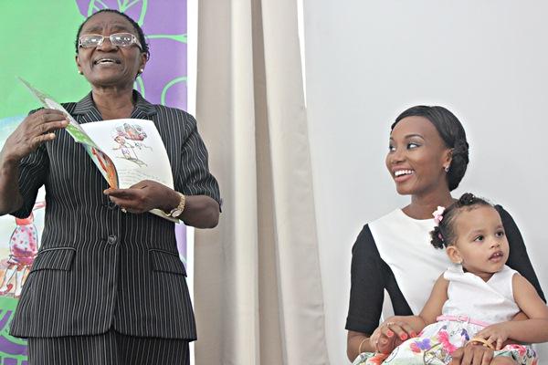 Profesa Mwaikambo akikielezea kitabu hicho