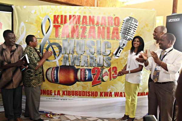 Mkurugenzi wa masoko wa TBL kushilla Thomas na Kaimu Mkuu Mtendaji wa BASATA Godfrey L. Mngereza wakizindua nembo ya Kili Music Awards