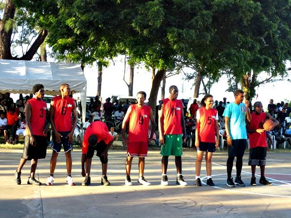 Wachezaji wa Basketball wa Osterbay wakijiandaa dhidi ya Mikocheni hapo jana katika Basketball tournament