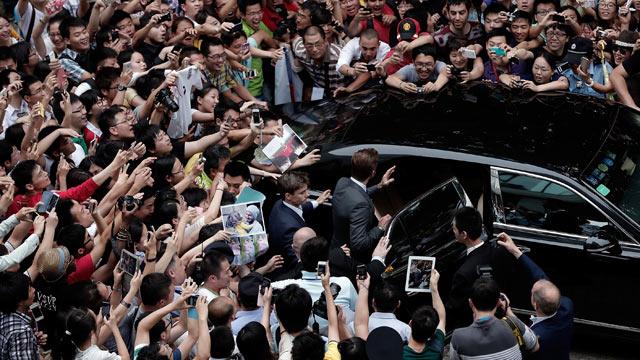 David Beckham causes stampede at Chinese University - video