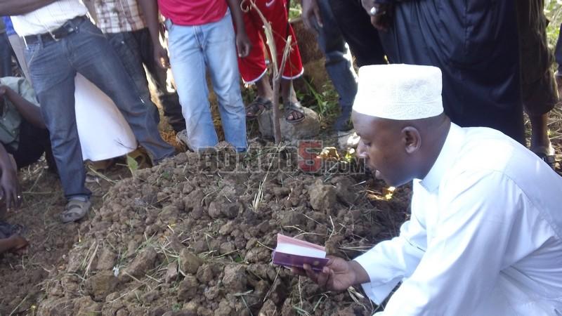 Hostaz wakiwa anamswalia Marehemu Kashi leo Kinondoni Muslim