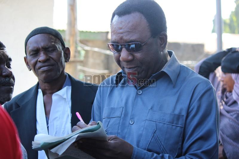 Mwigizaji wa Tamdhiria ya ITV akisaini kitabu cha mchango wa mazishi leo.
