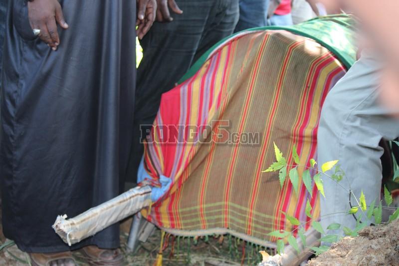 Mwili wa marehemu Kashi baada ya kuwasili makaburini Kinondoni Muslim