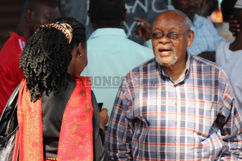 Mzee Chilo akijadili jambo na msanii mwenzake nyumbani kwa marehemu Kashi.