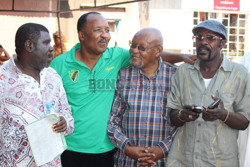 Wasanii wa movie Tanzania  kutoka kulia Mzee Magari,Mzee Chilo na wenzake akiteta jambo