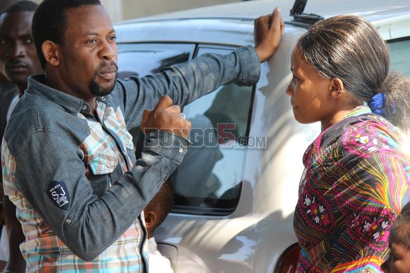 Wasanii wa movie wakijadili jambo nyumbani kwa marehemu Kashi.