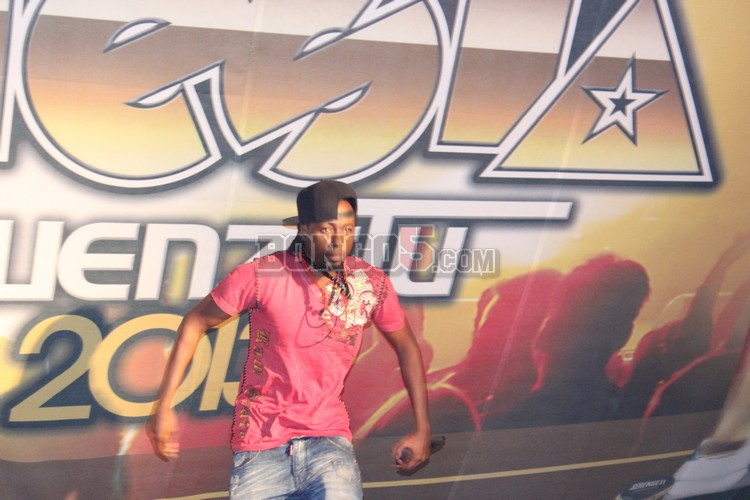 Jonh makin akifanya show ya Serengeti fiesta 2013 ndani ya Tabora.