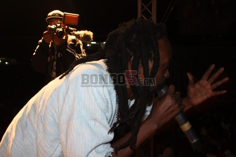 Afande Sele akifanya show serengeti fiesta 2013 Mbeya.