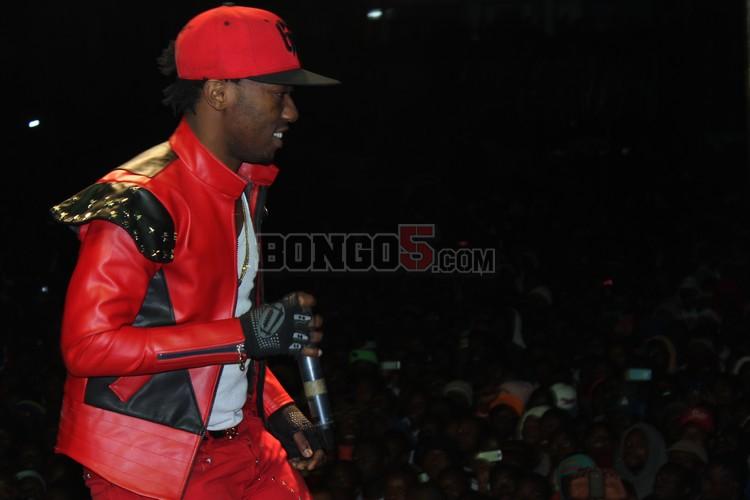 Rich Mavoko akifanya show ya serengeti fiesta 2013 Mbeya.
