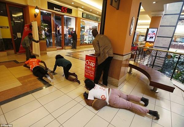 Watu mbalimbali wakijaribu kuokoa maisha yao wakati watu hao wenye silaha wakiwa ndani ya mall