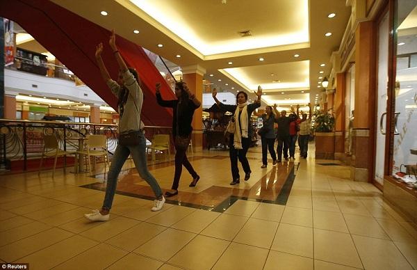 Watu waliokuwa wakifanya shopping wakisaidiwa kutoka nje ya mall na askari
