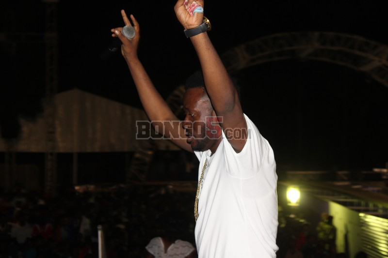 J.Martin akiimba katika fiesta Dar es salaam.