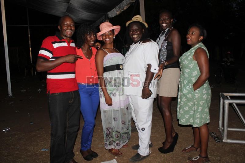 Msanii wa asili nchini Mrisho Mpoto akiwa amesimama na marafiki zake wa kenya.