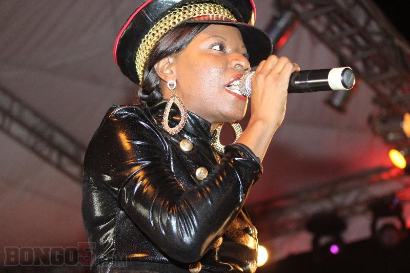 Lady Jaydee pamoja na Machozi Band akitumbuiza