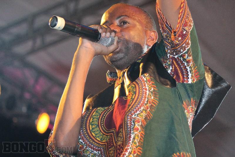 Nikki wa Pili baada ya kupanda kumpa shavu kaka yake Joh Makini