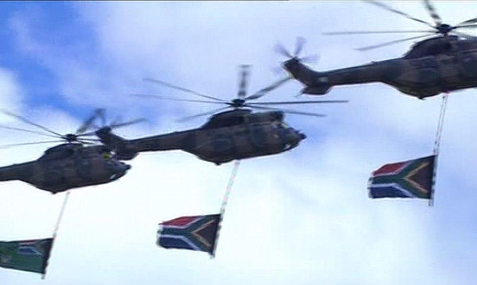 Helikopta zilizobeba bendera ya Afrika Kusini juu ya kaburi la Mandela