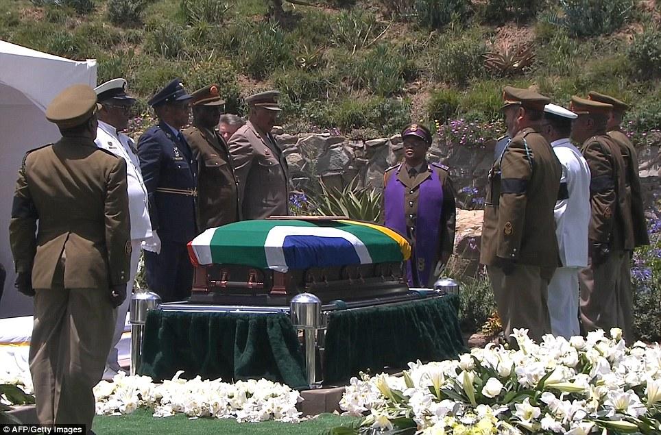 Jeneza la Mandela likiwa limezungukwa na maafisa wa juu wa jeshi