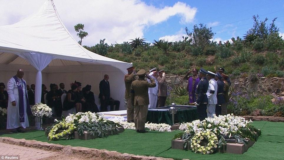 Kwaheri Madiba -  Jeneza lilibeba mwili wa Mandela likiingizwa kwenye kaburi lake lililpojengwa jirani na makaburi ya wazazi wake