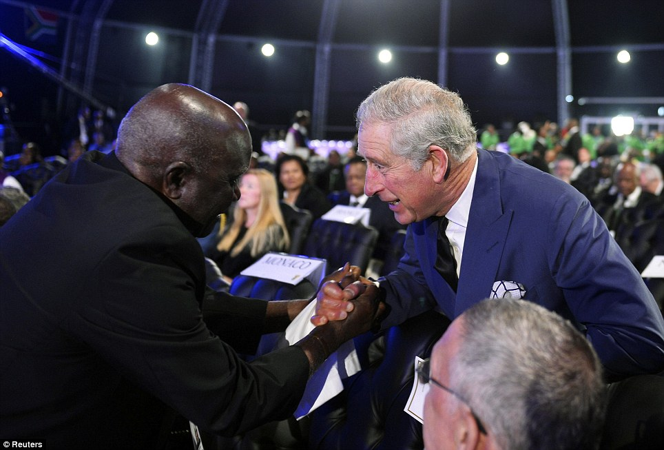 Prince Charles akisalimiana na wageni wengine