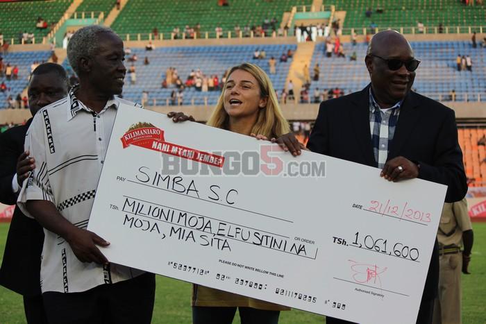 Simba wakikabidhiwa hundi yao ya milioni 1,061,600 zilizotokana na promotion ya shindano la Nani Mtani Jembe, kwa mashabiki  wa Simba kunywa bia ya Kilimanjaro nakutuma ujumbe wa time yao