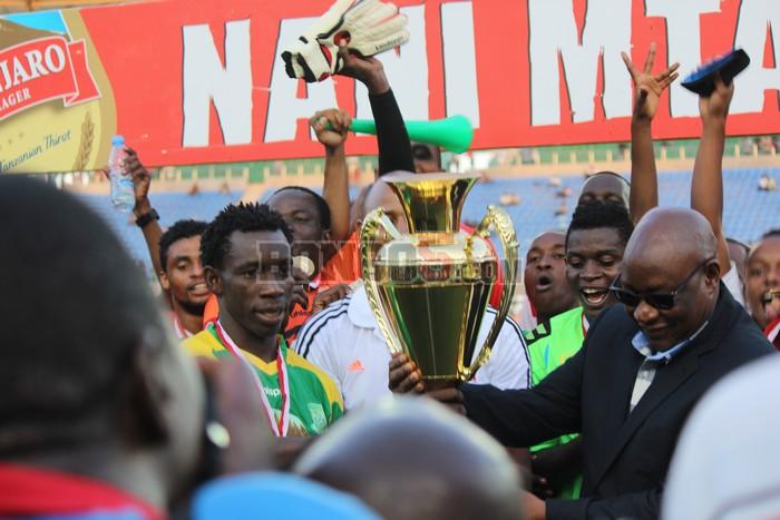 Simba wakikabidhiwa kombe la ushindi wa mechi Nani Mtani Jembe ,baada ya kuibuka na ushindi wa mabao 3-1 dhidi ya Yanga.