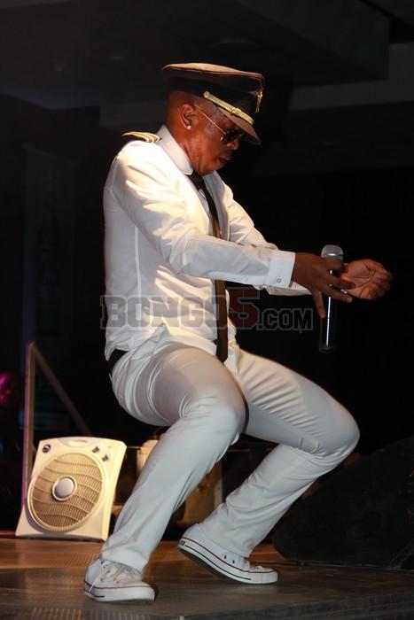 Theo Kgosinkwe akionyesha uwezo wake wa kucheza