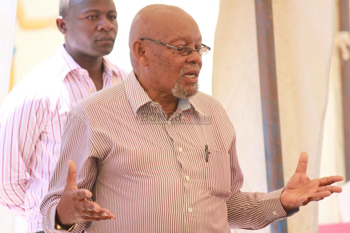 Mzee Chilo akizungumza jambo na watoto