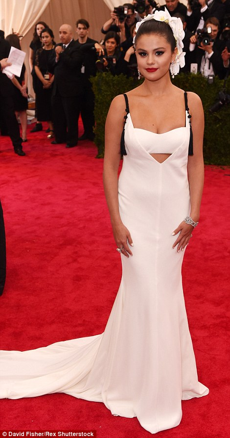 2850188C00000578-3067950-Heavenly_Selena_Gomez_teamed_her_angelic_white_Vera_Wang_gown_wi-m-271_1430785848830