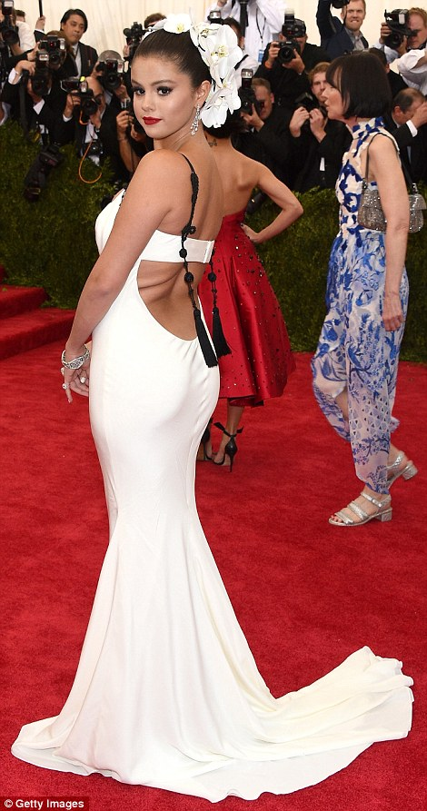 285022C400000578-3067950-Heavenly_Selena_Gomez_teamed_her_angelic_white_Vera_Wang_gown_wi-m-273_1430785866814