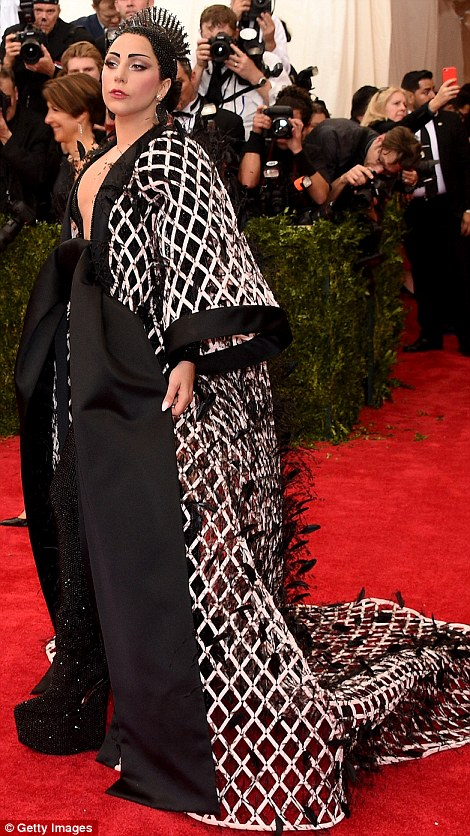 28505BD700000578-3067950-A_severe_look_Lady_Gaga_teamed_a_netted_black_and_white_robe_wit-a-314_1430787187976