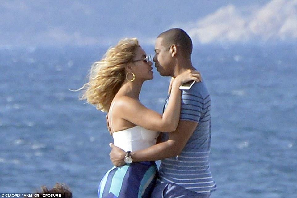 2C44A25400000578-3232877-Embrace_She_flaunted_her_incredible_cleavage_in_the_bikini_top_w-a-161_1442166951850